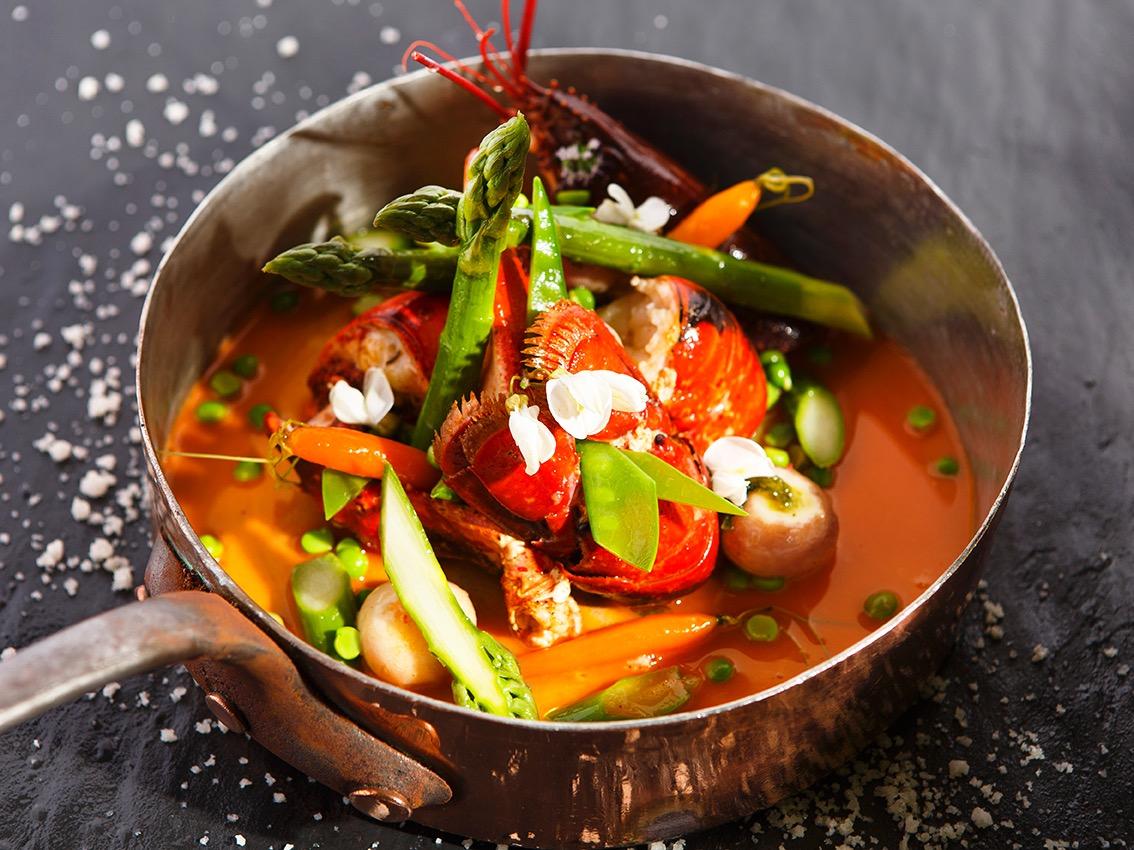 Cassolette de Homard et d'asperge, recette realisee dans les cuisines de l'ecole du Ritz. Chef Simon Manoukian ©Alban Couturier
