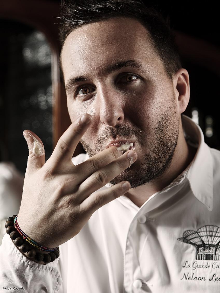 Photo Portrait de Nelson Lechien, chef Patissier de La Grande Cascade, 1 etoile au guide Michelin, Paris. Flagrant delit de gourmandise