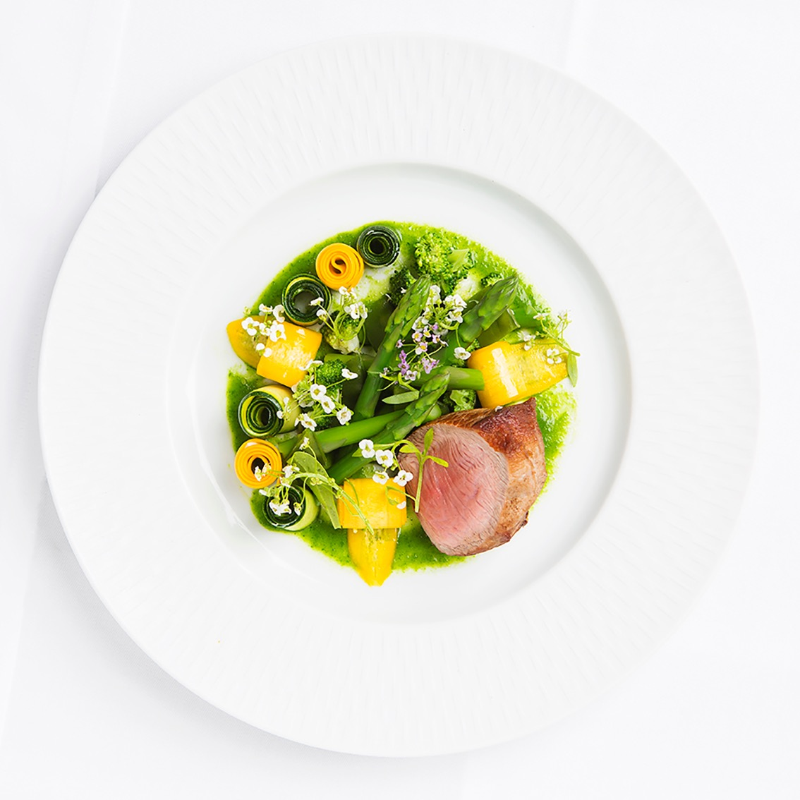 creation culinaire Alan Geeam, epoque restaurant AG Saint Germain, Veau asperges et courgette bi-color, ©alban Couturier