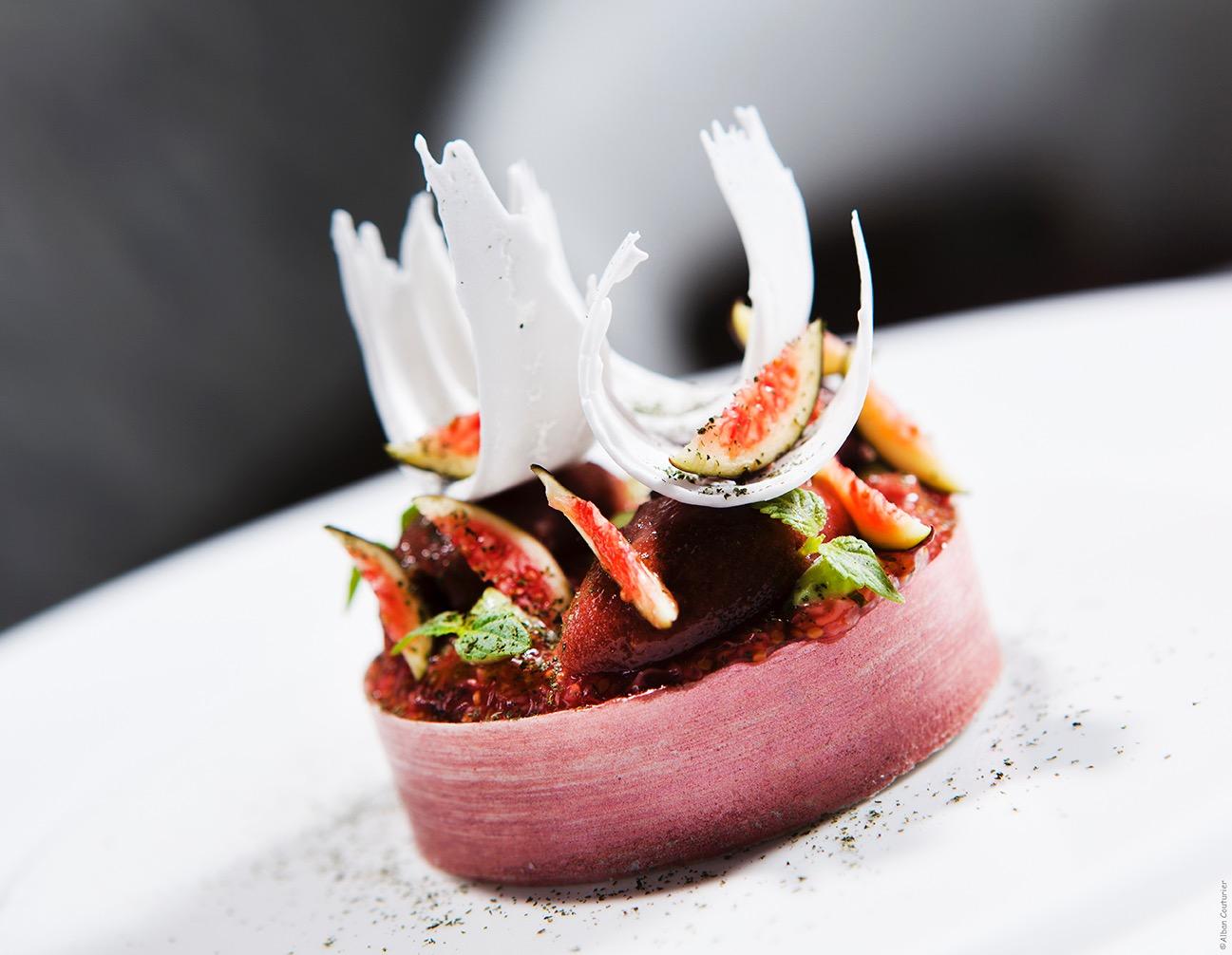 Creation sucree Yann Couvreur, chef Patissier, epoque Prince de Galles, Tarte Fine à La figue, petale de noix de coco, ©Alban Couturier