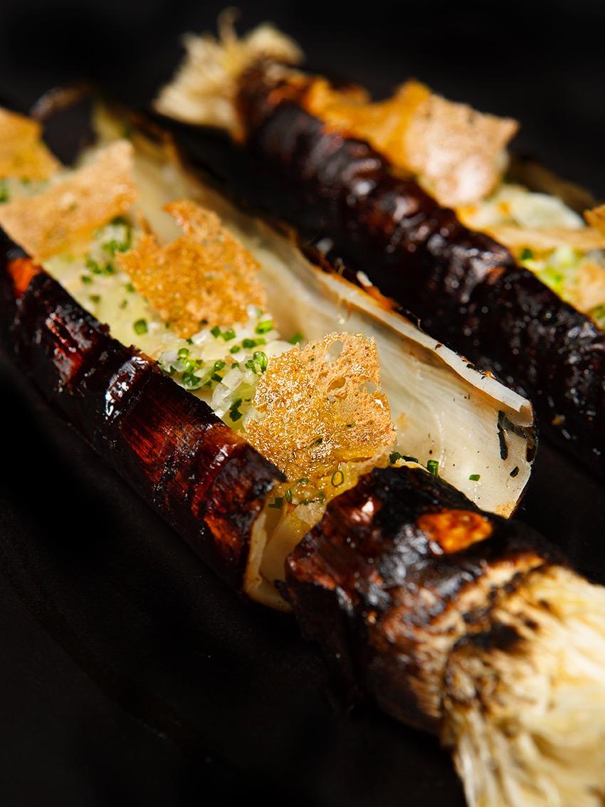Poireaux Grilles, huitres pochees, Tuile de parmesan, creation culinaire Eric frechn, le Bristol Paris, 3 etoiles au guide Michelin, MOF. ©alban Couturier