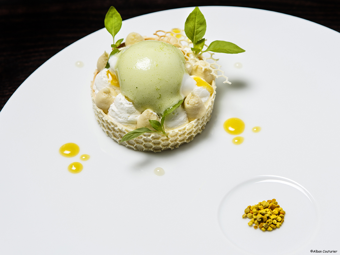 Dessert au miel, chef patissier Julien Noray, restaurant alan Geeam, 19 rue Lauriston, Paris ©Alban Couturier