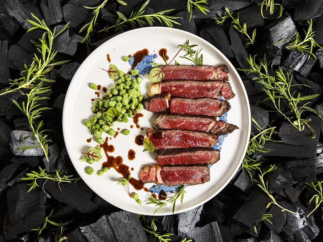 Faux filet de Boeuf Normand a la braise, oseille, sarriette et petits pois, Chef Simon Horwitz, ©Alban Couturier