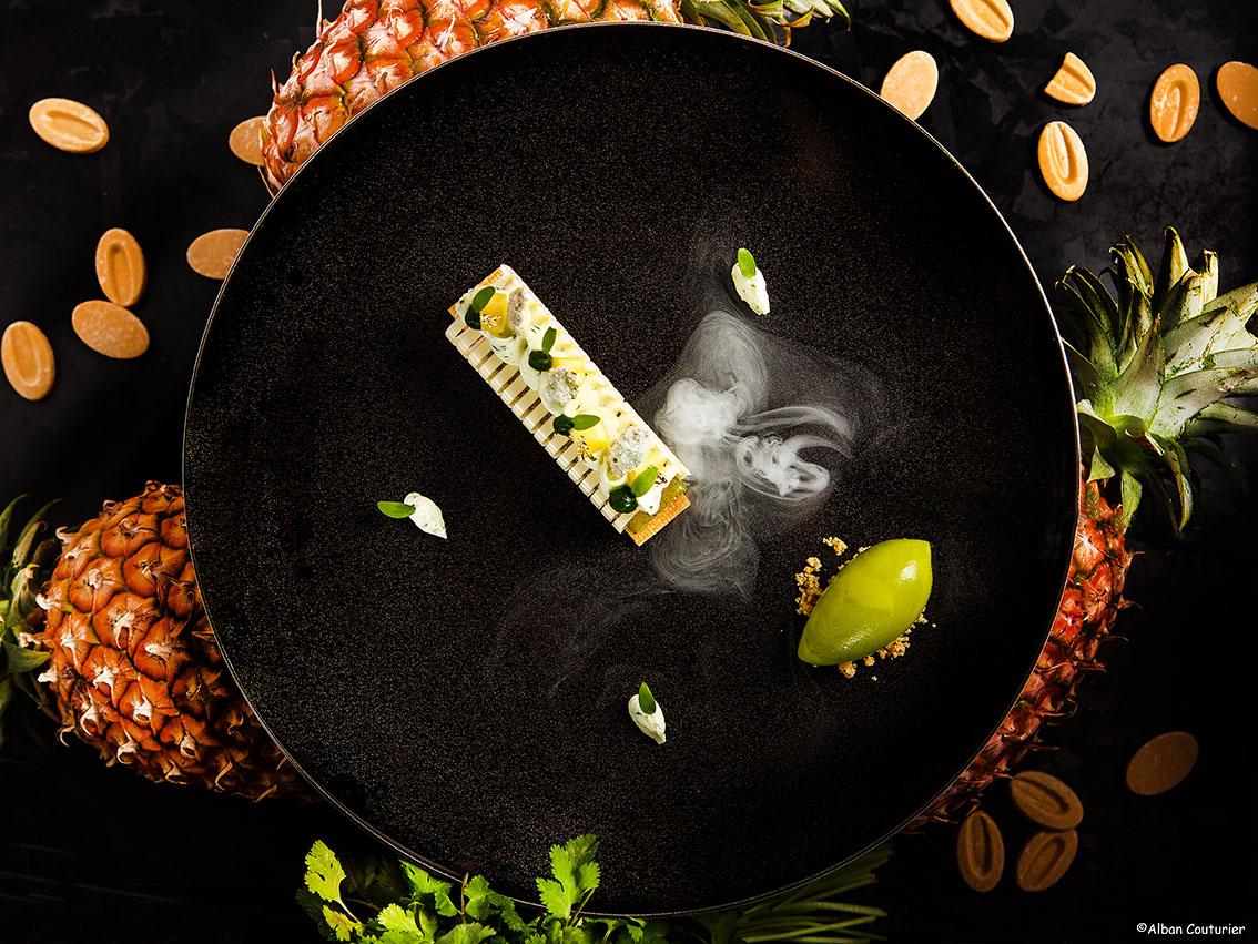 Dessert ananas fumé ,Chef  julien Roucheteau, epoque table du Lancaster, ©Alban Couturier