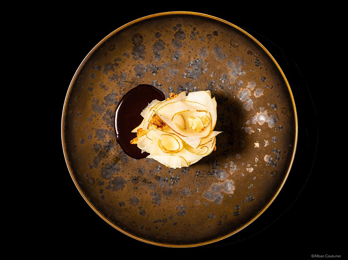 Image culinaire, Poire belle helene revisitee, Chef Patissier Nelson Lechien, Restaurant La Grande Cascade 1 etoile au guide Michelin, ©Alban Couturier