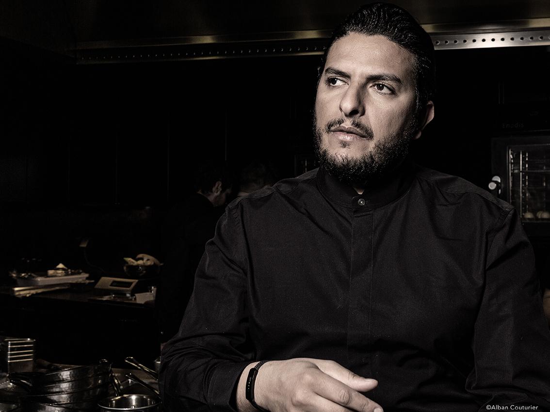 Portrait du chef Akrame, dans son restaurant eponyme, vers la lumiere. ©Alban Couturier