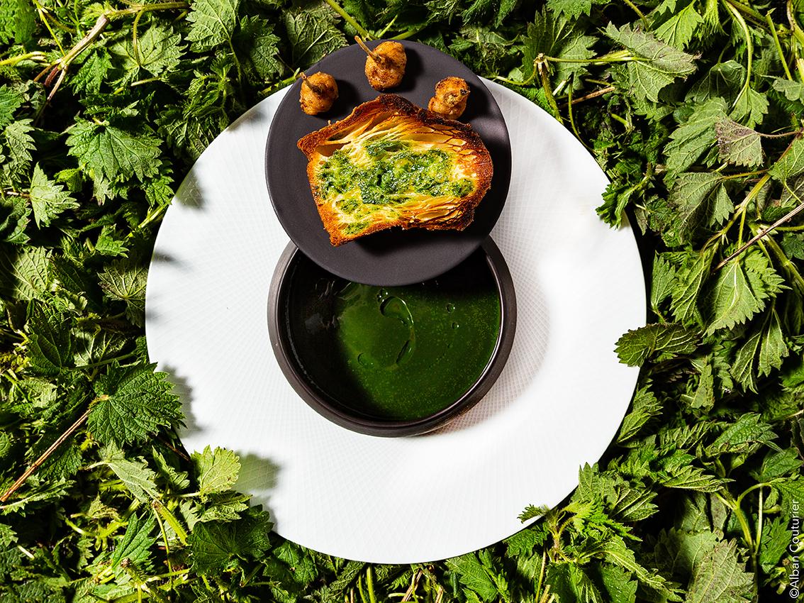 Soupe d'ortie, cuisse de grenouille, brioche au beurre d'ortie , Chef et ami Irwin Durand, Restaurant Le Chiberta 1 etoile au guide Rouge@Alban Couturier