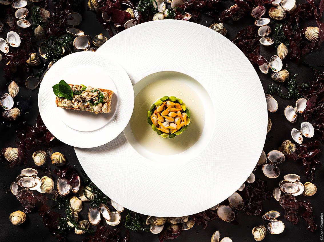 Charteuse de poireaux, salade de coques, tartine d'huitre, recette du chef et ami , Irwin Durand, 1 etoile au guide Michelin, restaurant Le Chiberta, Paris, groupe Guy Savoy ©Alban Couturier