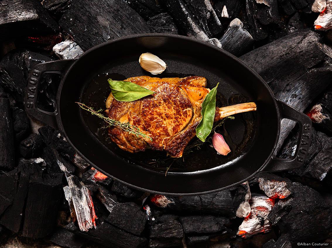 La cote de veau, Recette du chef Sebastien Giroud, restaurant Monsieur, au sein du Lancaster, 7 rue de berri, Paris ©Alban Couturier