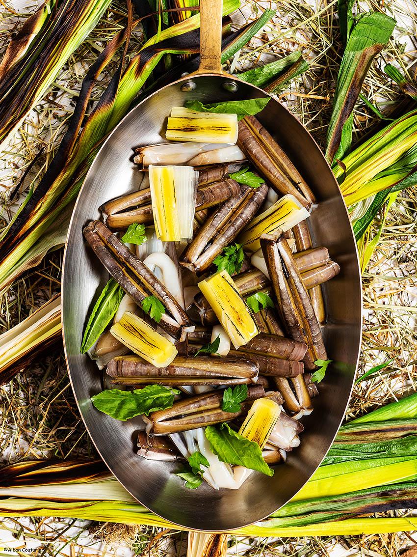 image culinaire, Couteaux et poireaux Grilles, creation culinaire du chef et ami Francois Xavier Simon, pour le Fouquet s Paris, ©Alban Couturier