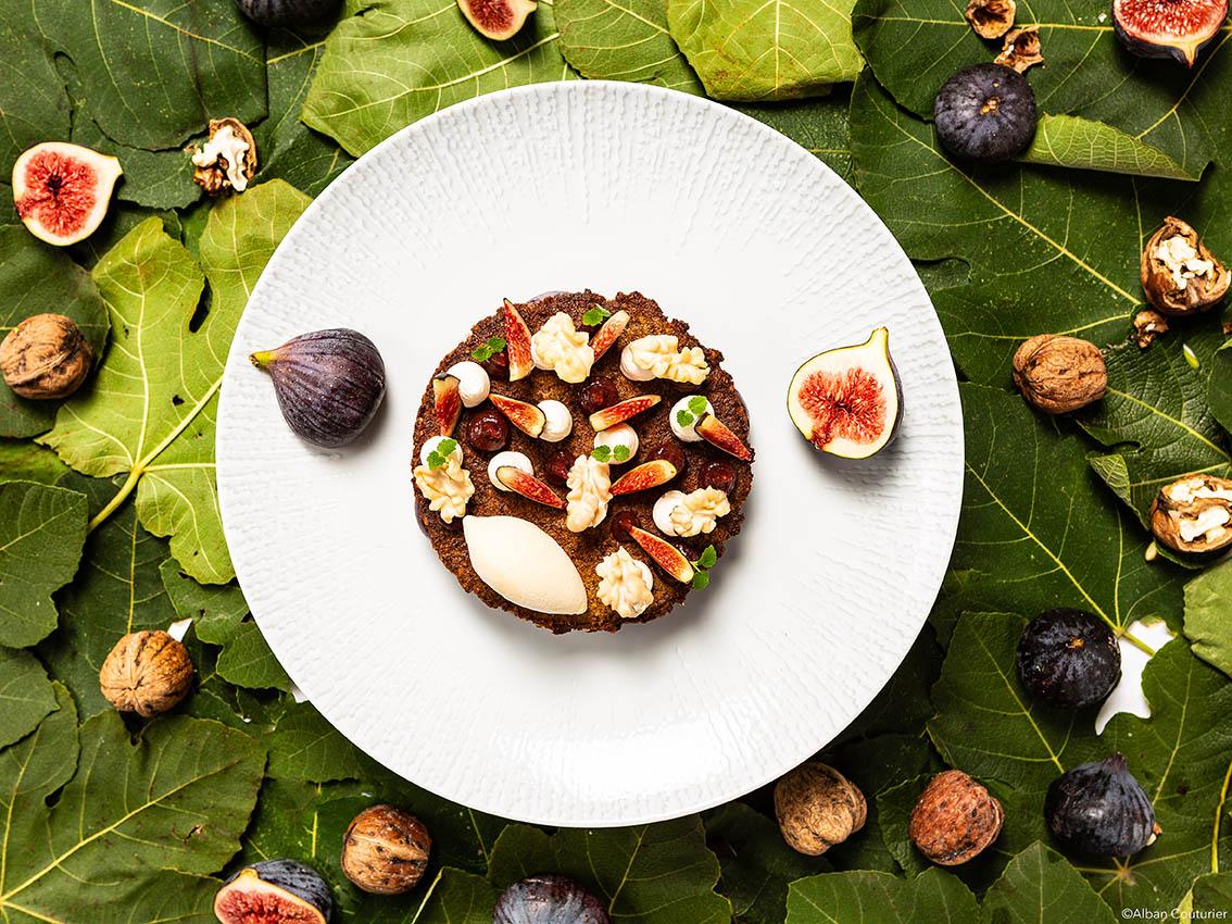 mage Culinaire, realisation du chef Patissier Hugo Correia, Hotel du Lancaster, Paris 8, Chocolat, figue et noix ©Alban Couturier