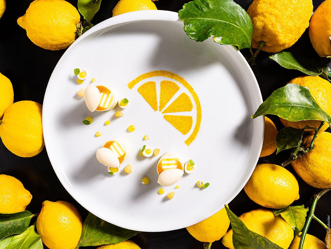 Quand le Citron fait son Show, le citron l'agrume Roi, creation sucre du chef Benoit Jabouille , sous le regard bienveillant du chef et Ami Julien Roucheteau, MOF , 1 etoile au guide Michelin, La Reserve de Beaulieu sur Mer ©Alban Couturier